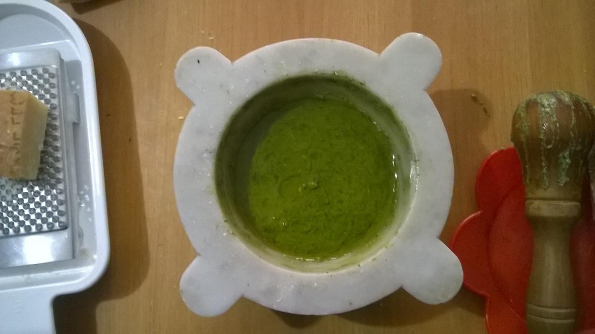 Pesto alla genovese con il mortaio