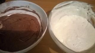 dividete in due ciotole e aggiungete il cacao