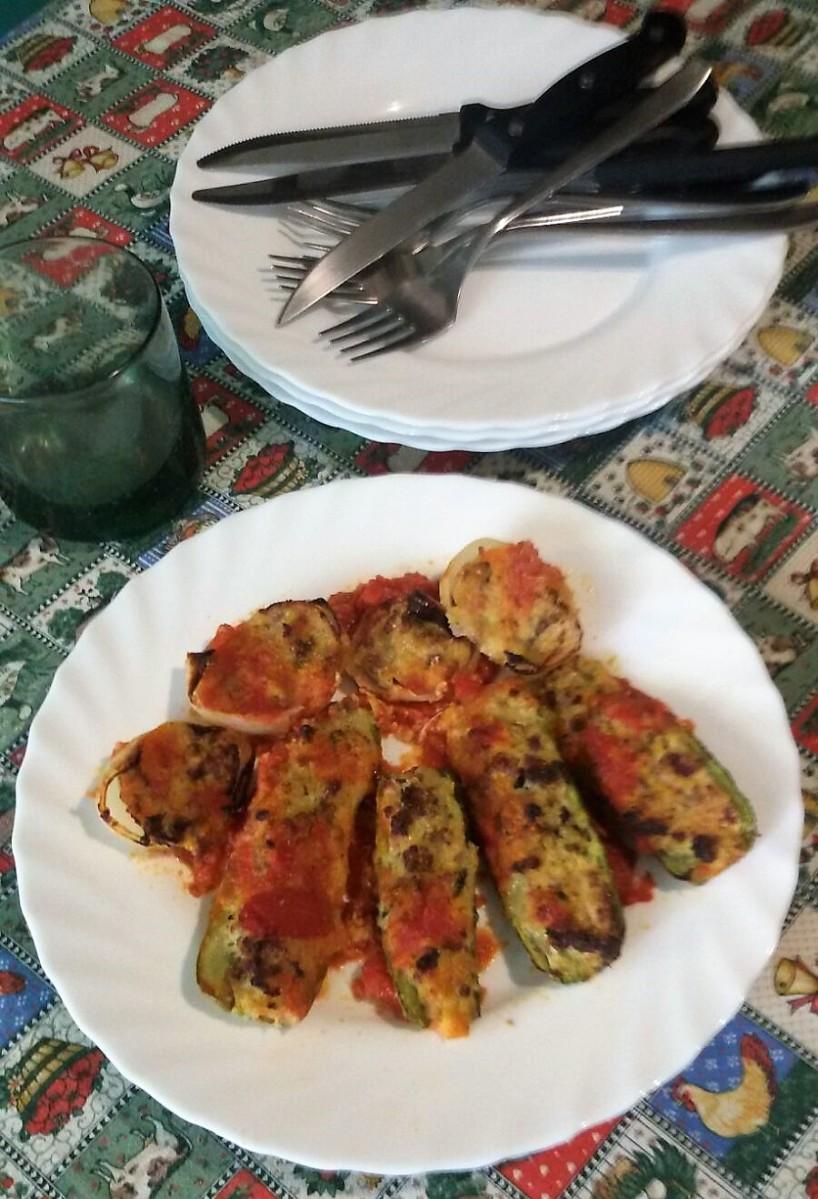 Zucchini, peperoni e cipolle ripieni alla greca.