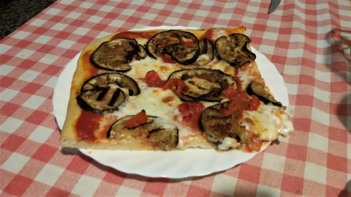 Pizza con melanzane grigliate, scamorza e mozzarella