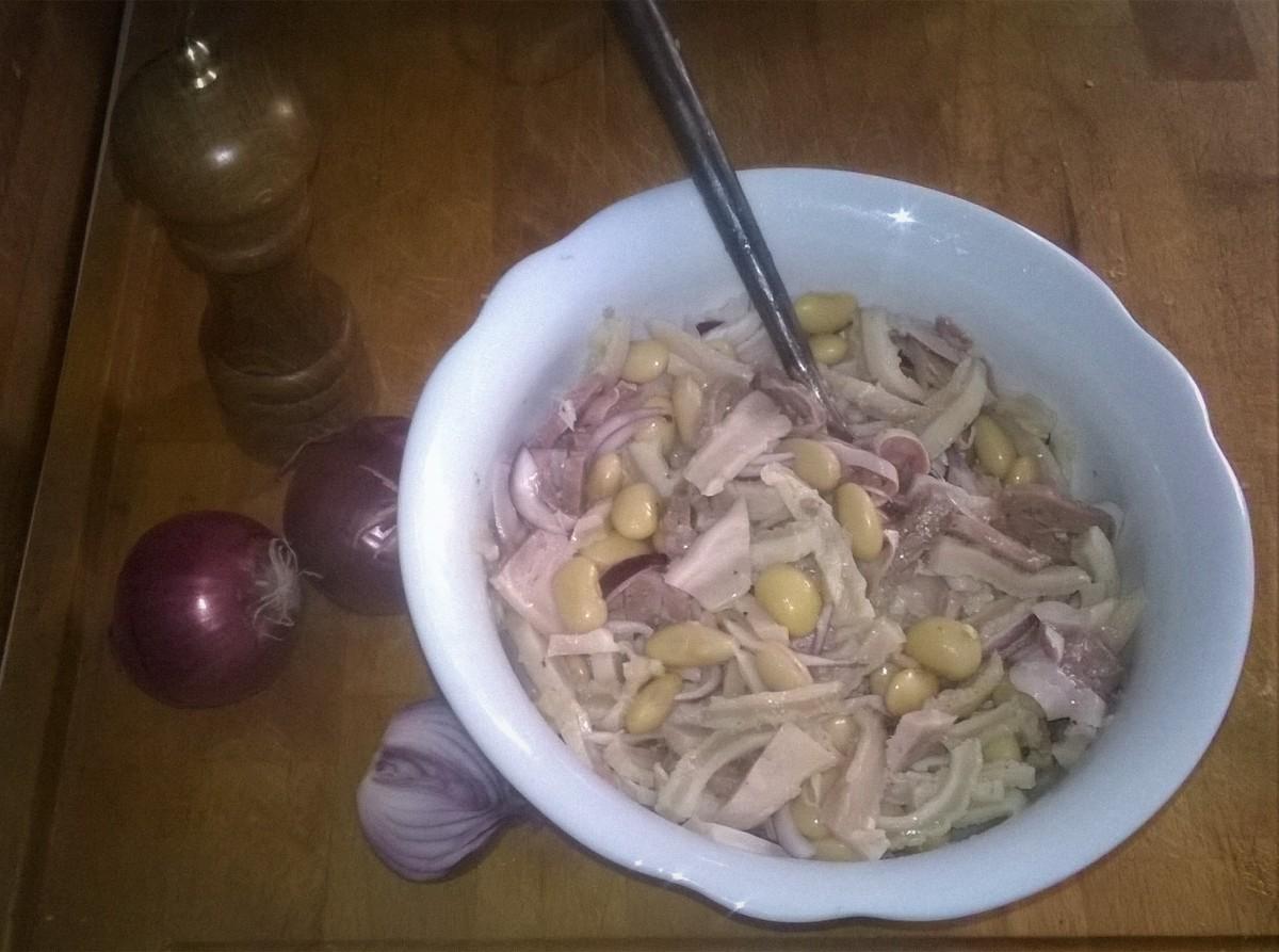 Insalata di trippe con cipolle e fagiolane.