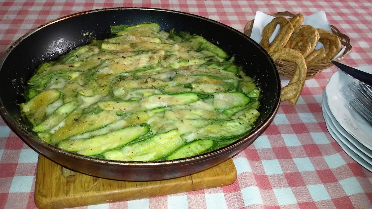 Parmigiana in padella di zucchini con mozzarella e provola.