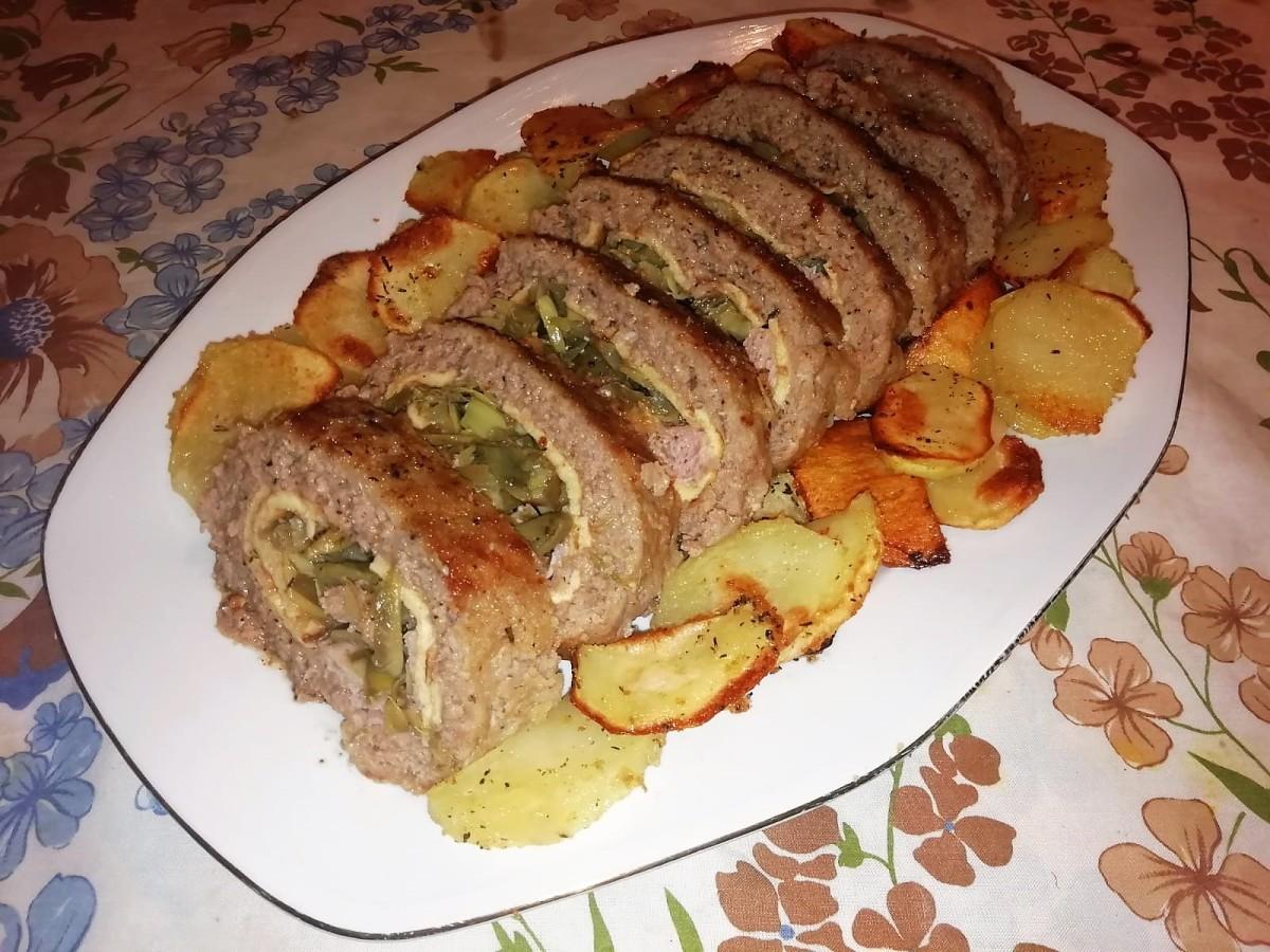 Rotolo di carne con carciofi e prosciutto.